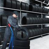 Mécanicien et fond de garage Photos libres de droits
