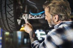 Mécanicien Fixing Spare Concept d'entretien de moteur de garage image stock