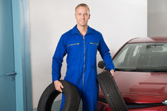 Mécanicien Holding Tires Photo libre de droits