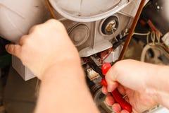 Mécanicien réparant la machine à laver Photo libre de droits