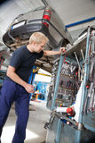 Mécanicien regardant réparant des outils Photos stock