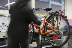 Mécanicien tout en réparant la bicyclette à l'intérieur des travaux mécaniques Photo libre de droits