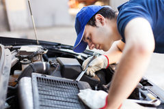 Mécanicien travaillant à un moteur de voiture photo libre de droits