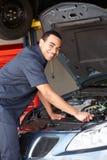 Mécanicien travaillant au véhicule Photo stock