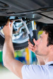 Mécanicien travaillant dans l'atelier de voiture Photos libres de droits