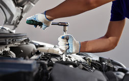 Mécanicien travaillant dans le garage de réparation automatique Entretien de voiture Images stock