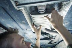 Mécanicien Under Car images libres de droits