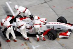 Mécanique du Monaco d'équipe repoussant le véhicule Photographie stock