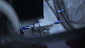 Mécanique réparant les pièces cassées de voiture clips vidéos