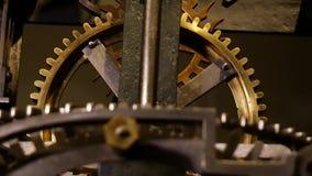 Mécanisme antique de roue dentée d'une machine d'heure banque de vidéos
