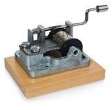 Mécanisme argenté de boîte à musique avec la poignée sur une planche en bois Photographie stock