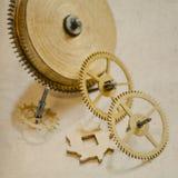 Mécanisme d'horloge de vintage avec des vitesses Vieux fond de papier Photo libre de droits