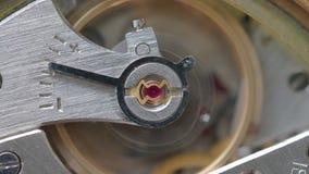 Mécanisme de montre mécanique avec le foyer sur la pierre rouge sur le premier plan clips vidéos
