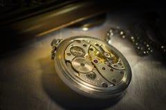 Mécanisme de rouages de vieille montre de poche Images stock