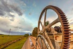 Mécanisme rouillé des roues dentées pour une voie d'eau photos libres de droits