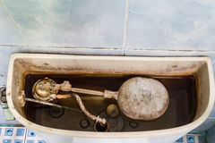 Mécanisme sale de toilette photographie stock libre de droits