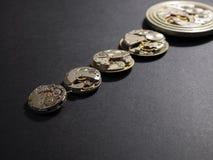 Mécanismes des montres et de leurs parties sur un fond noir photographie stock libre de droits