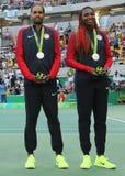Médaillés d'argent Rajeev Ram (l) et Venus Williams des Etats-Unis pendant la cérémonie de médaille après les doubles mélangés fi Photo stock