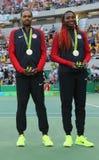 Médaillés d'argent Rajeev Ram (l) et Venus Williams des Etats-Unis pendant la cérémonie de médaille après les doubles mélangés fi Photo libre de droits