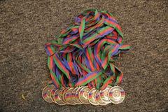 Or, médaille avec les numéros trois Troph?e de sport Fond pour une carte d'invitation ou une f?licitation Médaille d'or sur le fo image stock