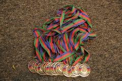 Or, médaille avec les numéros trois Troph?e de sport Fond pour une carte d'invitation ou une f?licitation Médaille d'or sur le fo photo libre de droits
