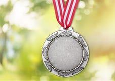 Médaille d'argent avec le fond lurred par ob de ruban Photographie stock libre de droits
