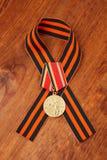 Médaille de jubilé trente ans de victoire dans la grande guerre patriotique de 1941-1945 et le ruban de George images libres de droits