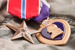 Médailles de coeur en bronze et pourpré sur Camos image libre de droits