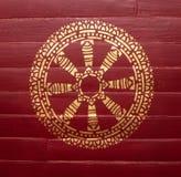 Médaillon d'or de plat en bois rougeâtre photographie stock libre de droits