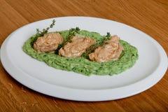 Médaillons de porc à une sauce aux champignons crémeuse Images stock