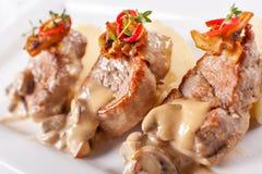 Médaillons de porc avec de la purée de pommes de terre et les champignons Filet de porc d'un plat blanc, bon servir Le dîner de m photos stock