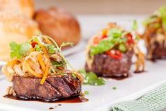 Médaillons de viande avec des légumes Photographie stock libre de droits