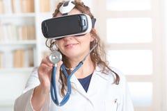 Médecin à l'aide du casque de réalité virtuelle Image stock