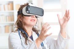 Médecin à l'aide du casque de réalité virtuelle Photos stock
