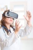 Médecin à l'aide du casque de réalité virtuelle Photos libres de droits