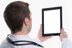Médecin à l'aide du PC de comprimé avec l'écran vide Photographie stock libre de droits