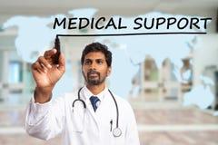 Médecin écrivant le service de santé sur l'écran en verre images stock
