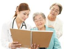 Médecin asiatique et femme supérieure Photo stock