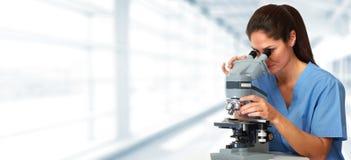 Médecin avec le microscope image libre de droits