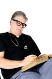 Médecin avec le stéthoscope étudiant et lisant un livre Photo libre de droits