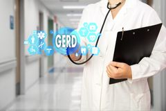 Médecin avec le stéthoscope et le mot GERD, Gastroesophageal photographie stock
