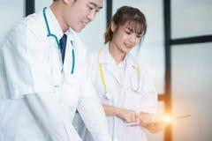 Médecin dans le résultat d'écriture et la prescription uniformes blancs dans l'ordinateur portable d'ordinateur, concept médical images stock