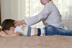 Médecin de famille sur la maison d'appel photos libres de droits