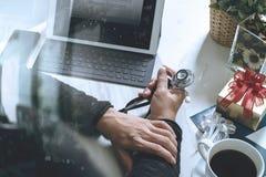 Médecin donnant et Hand avec la carte de crédit et main de cadeau avec g Image libre de droits