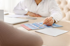 Médecin donnant le formulaire au patient Photo stock