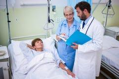 Médecin et infirmière agissant l'un sur l'autre les uns avec les autres Images stock