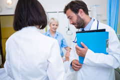Médecin et infirmière agissant l'un sur l'autre les uns avec les autres Photos libres de droits