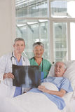 Médecin et infirmière avec le patient Image stock