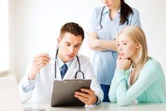 Médecin et infirmière avec le patient dans l'hôpital Images stock