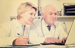 Médecin et infirmière dans le bureau Photo libre de droits